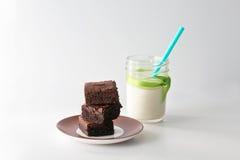 Schokoladenkuchen und Milch Lizenzfreie Stockfotografie