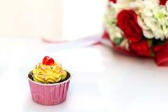 Schokoladenkuchen und -rosen auf weißem Hintergrund Stockbild