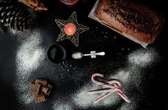 Schokoladenkuchen- und -weihnachtsdekorationen Stockbild