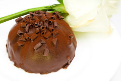 Schokoladenkuchen und -WEISS stiegen lizenzfreies stockfoto