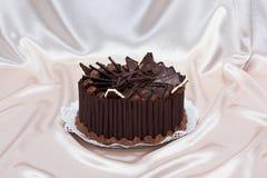 Schokoladenkuchen verziert mit Schnitzeln und Kakaokremeis Lizenzfreies Stockfoto