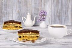 Schokoladenkuchen vom Keksteig mit Mohn, Pflaume, Walnüssen und Schalenkaffee Lizenzfreies Stockbild