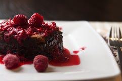 Schokoladenkuchenkuchen mit Himbeeren Lizenzfreies Stockbild