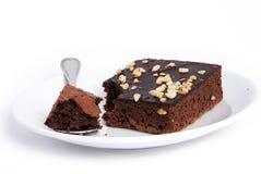 Schokoladenkuchenquadrat auf Plattenteller Stockbilder