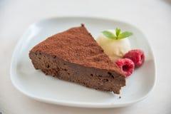 Schokoladenkuchenscheibe lizenzfreies stockfoto