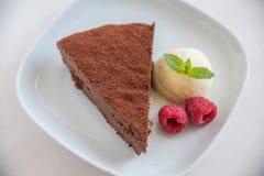 Schokoladenkuchenscheibe lizenzfreie stockbilder