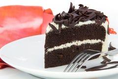 Schokoladenkuchenscheibe auf weißer Platte Stockbilder