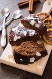 Schokoladenkuchenscheiben Stockfotos