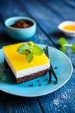 Schokoladenkuchenstangen mit mascarpone Schicht und Orange gelieren Belag stockfotografie