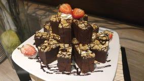 Schokoladenkuchenstapel mit Erdbeere in whith Teller Lizenzfreies Stockfoto