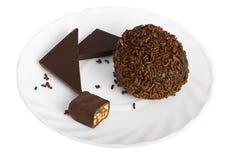 Schokoladenkugel und Scheiben des Schokoriegels Stockfoto