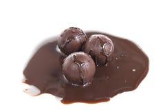 Schokoladenkugeln mit flüssiger Schokolade Stockfoto