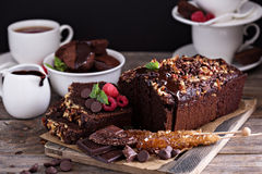 Schokoladenlaibkuchen mit Nüssen Stockbilder