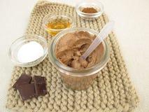 Schokoladenmaske mit Jogurt und Honig stockfoto