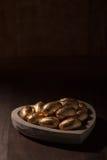 Schokoladenminieier, eingewickelt in der Goldfolie Stockfotografie
