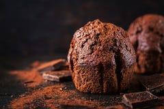 Schokoladenmuffin auf dunklem Hintergrund stockbilder