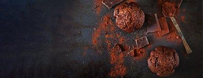 Schokoladenmuffin auf dunklem Hintergrund Beschneidungspfad eingeschlossen fahne Flache Lage lizenzfreie stockfotos