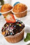Schokoladenmuffin mit Erdbeere auf die Oberseite Lizenzfreie Stockbilder