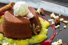 Schokoladenmuffin mit flüssiger Schokolade in der Mitte Stockfoto