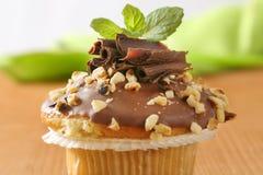 Schokoladenmuffin mit Nüssen lizenzfreie stockbilder