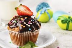 Schokoladenmuffin mit spritzt Lizenzfreie Stockbilder