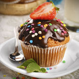 Schokoladenmuffin mit spritzt Lizenzfreies Stockfoto