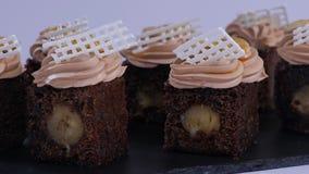 Schokoladenmuffin mit Stückchen der Mango Schokoladenkleine kuchen mit Mango stockbild