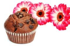 Schokoladenmuffin und -blumen lizenzfreie stockfotografie