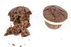 Schokoladenmuffin und -krumen Stockfotos