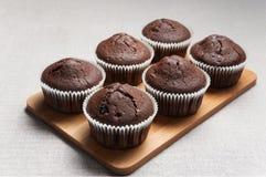 Schokoladenmuffins auf dem Schneidebrett Stockfoto