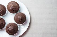 Schokoladenmuffins auf der Ronde, Textraum lizenzfreie stockbilder