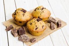 Schokoladenmuffins auf einem weißen Holztisch lizenzfreies stockbild