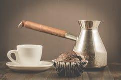 Schokoladenmuffins, Kaffeetasse- und Türkeschokoladenmuffins, Kaffeetasse und Türken auf einem hölzernen dunklen Hintergrund stockbilder