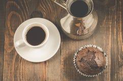 Schokoladenmuffins, Kaffeetasse- und Türkeschokoladenmuffins, Kaffeetasse und Türken auf einem hölzernen Hintergrund, Draufsicht stockbilder