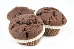 Schokoladenmuffins lokalisiert auf Weiß Stockfotos