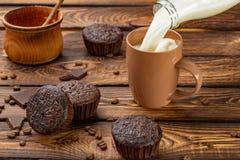 Schokoladenmuffins mit Milch Stockfoto