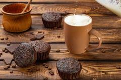 Schokoladenmuffins mit Milch Lizenzfreie Stockbilder