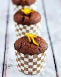 Schokoladenmuffins mit orange Eifer Stockfotos