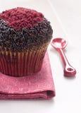 Schokoladenmuffins mit roter Zuckerdekoration Stockfotografie