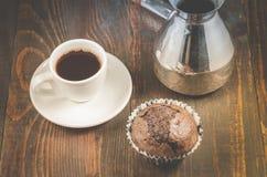 Schokoladenmuffins, weiße Schale und Türken/Schokoladenmuffins, weiße Schale und Türken auf einem hölzernen Hintergrund, Draufsic lizenzfreies stockfoto