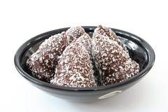 Schokoladenoberseiten in einer Schüssel Stockfotos
