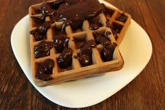 Schokoladenoblate mit Schokoladenabschluß oben, gefangen genommen mit einer kleinen Schärfentiefe Lizenzfreie Stockfotos