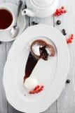 Schokoladenobsttorte mit Eiscreme Stockbild