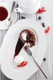 Schokoladenobsttorte mit Eiscreme Stockfoto