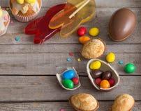 SchokoladenOstereier und Kuchen Lizenzfreies Stockbild