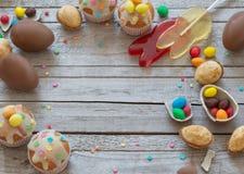 SchokoladenOstereier und Kuchen Lizenzfreies Stockfoto
