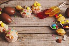 SchokoladenOstereier und Kuchen Lizenzfreie Stockbilder