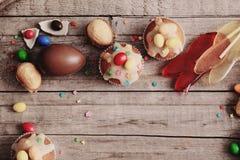 SchokoladenOstereier und Kuchen Stockbilder