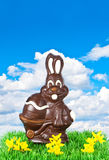 SchokoladenOsterhase über blauem Himmel Lizenzfreie Stockfotos