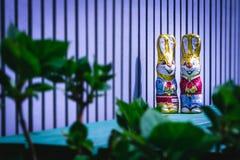 SchokoladenOsterhase, der auf dem Balkon sich versteckt stockfoto